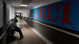 Un employé de l'hôpital Pierre-Benite à Lyon, le 25 janvier 2021. (JEFF PACHOUD / AFP)