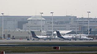 Photo prise le 22 mars 2016 d'avions cloués au sol à l'aéroport de Zaventem à Bruxelles, après les deux explosions dans le hall de l'aéroport. (DIRK WAEM / BELGA)