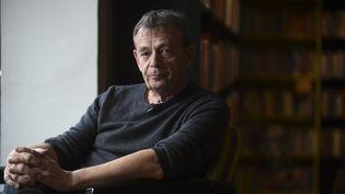 L'écrivivain Pierre Lemaitre, prix Goncourt 2013, lors d'une interview en 2017 à Bogota, 28 avril 2017 (RAUL ARBOLEDA / AFP)