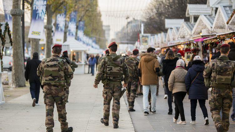 Des militaires patrouillent sur le marché de Noël des Champs-Elysées, à Paris, le 23 novembre 2015. (MAXPPP)