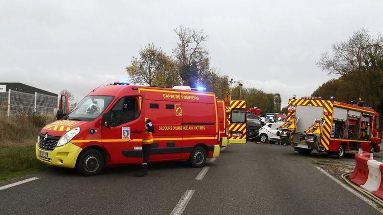 Des véhicules de secours interviennent sur les lieux d'un accident près de Gimont (Gers), le 20 octobre 2020. (SEBASTIEN LAPEYRERE / HANS LUCAS / AFP)