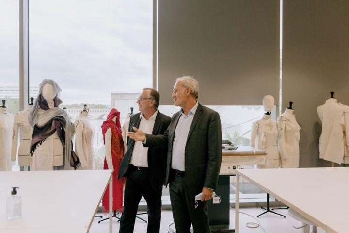 """Le président des activités mode deChanel,Bruno Pavlovsky, et Xavier Romatet, le directeur général de l'IFM, lors de l'annonce du lancement de la """"chaire Chanel et le 19 M des savoir-faire de la mode"""", septembre 2021 (Courtesy of Chanel)"""