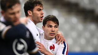 Les Français Damian Penaud et Antoine Dupont lors du match France-Ecosse du Tournoi des six nations, le 26 mars 2021, au Stade de France (Seine-Saint-Denis). (ANNE-CHRISTINE POUJOULAT / AFP)