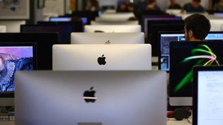 Les étudiants devant leur ordinateur à l'école 42, à Paris, le 27 octobre 2015. (ERIC PIERMONT / AFP)
