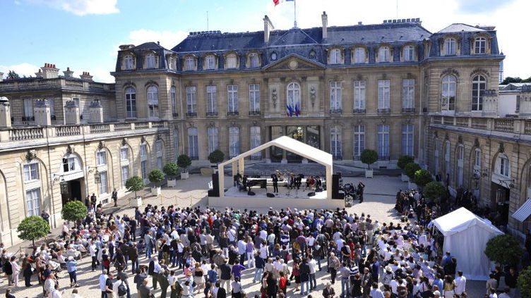 Un orchestre se produit dans l'enceinte du Palais de l'Elysée le 21 juin 2009 à l'occasion de la Fête de la musique. (GERARD CERLES / AFP)