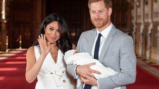 Meghan et son époux, le prince Harry, présentent leur bébé, le 8 mai 2019, à Windsor (Royaume-Uni). (DOMINIC LIPINSKI / POOL / AFP)