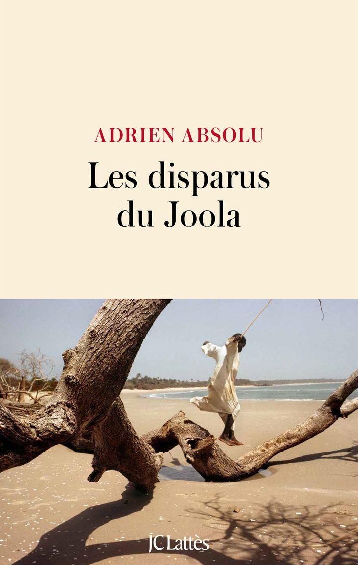 """Couverture du livre """"Les disparus du Joola"""", d'Adrien Absolu, août 2020 (Editions JC Lattès)"""