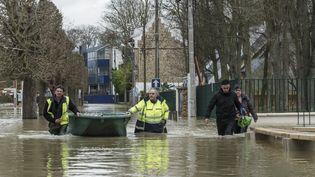 Des secouristes parcourent les rues inondées de Gournay-sur-Marne, le 2 février 2018. (SAMUEL BOIVIN / CROWDSPARK / AFP)