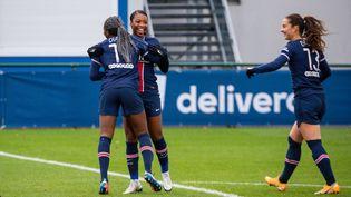 Les Parisiennes Kadidiatou Diani, Grace Geyoro et Sara Dabritz (de gauche à droite) contre Le Havre, le 13 décembre 2020. (ANTOINE MASSINON / A2M SPORT CONSULTING)