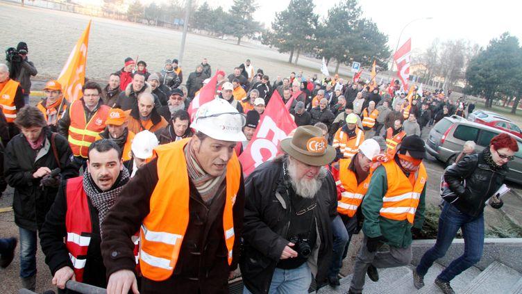 Environ 200 salariés du groupe ArcelorMittal ont envahi les locaux de la direction du groupe sidérurgique, le 20 février 2012. (ON)