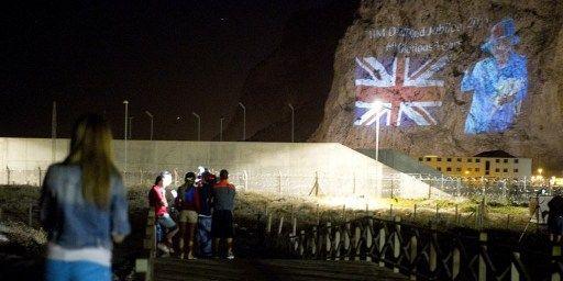 Images du drapeau britannique et de la Reine projetées sur le «Rocher» en juin 2012, pour le jubilée de diamant d'Elisabeth II. (MARCOS MORENO / AFP)