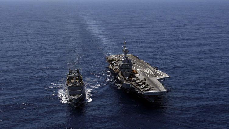 """Le porte-avions """"Charles-de-Gaulle"""", accompagné du ravitailleur """"La Meuse"""", au large des côtes libyennes, le 12 avril 2011. (CHRISTOPHE ENA / AP / SIPA)"""