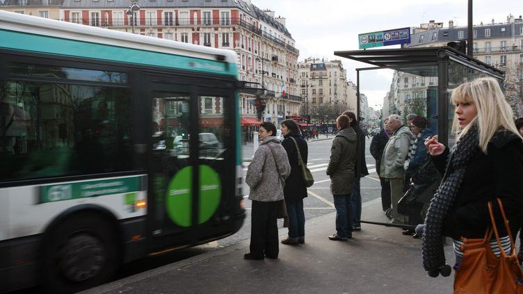 Des personnes attendant un bus place Léon Blum, à Paris, le 17 janvier 2010. (LOIC VENANCE / AFP)