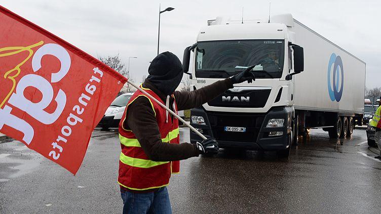 """Les routiers CGT et FO veulentlancer des """"actions fortes et visibles"""" à partir de lundi pour protester contre la réforme du Code du travail. Image d'illustration. (MAXPPP)"""