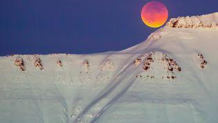 """La """"super Lune bleue de sang"""", visible, le 31 janvier 2018, depuisLongyearbyen, dans l'archipel de Svalbard, en Norvège. (HEIKO JUNGE / NTB SCANPIX / AFP)"""