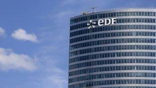 Le siège du groupe EDF, à la Défense (Hauts-de-Seine), le 4 août 2015. (KENZO TRIBOUILLARD / AFP)
