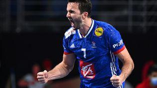 Le handballeur Romain Lagarde célèbre son but contre la Hongrie en quarts de finale des Mondiaux de handball, en banlieue du Caire, en Egypte, le 27 janvier 2021. (ANNE-CHRISTINE POUJOULAT / AFP)