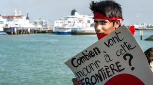 Une manifestation s'est tenue samedi 8 août à Calais (Pas-de-Calais), en la mémoire des migrants morts en tentant de traverser la Manche via le tunnel. (PHILIPPE HUGUEN / AFP)