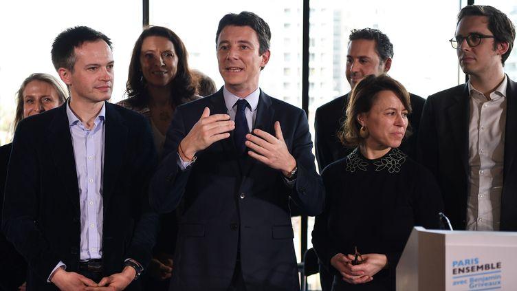 Benjamin Griveaux (au centre) entouré par ses têtes de liste pour les différents arrondissements de Paris, jeudi 13 février 2020. (CHRISTOPHE ARCHAMBAULT / AFP)