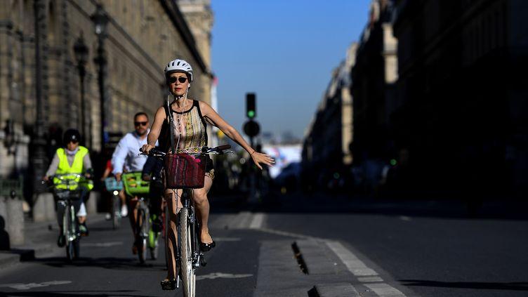 Des cyclistes rue de Rivoli, à Paris, le 30 juillet 2020. (CHRISTOPHE ARCHAMBAULT / AFP)