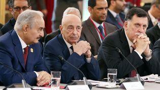 L'homme fort de l'est du Liban, Khalifa Haftar, parle avec leprésident du parlement, Aguila Saleh, et le chef du gouvernement de Tripoli,Fayez al-Sarraj, lors d'un congrès sur la Libye à l'Elysée, à Paris, le 29 mai 2018. (ETIENNE LAURENT / AFP)