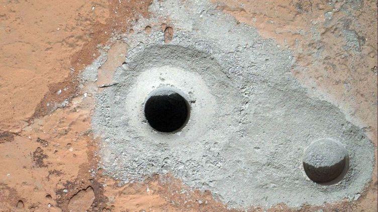 Le robot Curiosity a utilisé une perceuse fixée au bout d'un bras robotique pour forer dans une roche plate et veineuse et prélever un échantillon de l'intérieur, a indiqué la Nasa, samedi 9 février 2013. (CARL JUSTE / AP / SIPA )