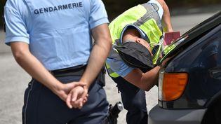 Des gendarmes lors d'un contrôle routier à Crozon (Finistère), le 5 août 2016. (AFP)