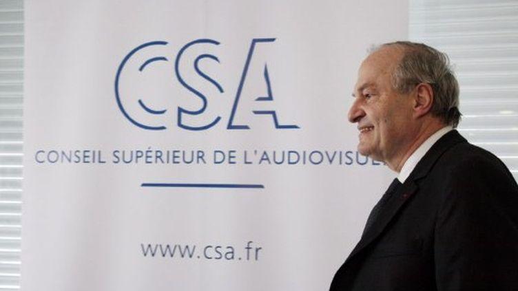 Michel Boyon, le patron du CSA, devant le logo du Conseil (MEHDI FEDOUACH / AFP)