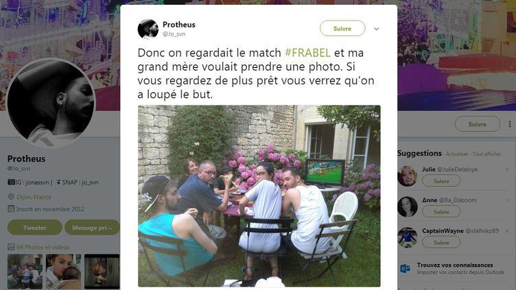 Le cliché partagé sur Twitter par Jonas, mardi 10 juillet. Les membres de sa famille regardent l'objectif, et loupent le but de Samuel Umtiti contre les Diables rouges, en demi-finale de la Coupe du monde. (JO_SVN / TWITTER)