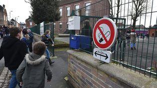 Un panneau signalant l'interdiction de fumer devant l'école primaire Suzanne-Lanoy, à Solesmes (Nord), le 28 janvier 2016. (MAXPPP)