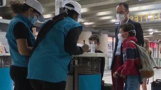 4 800 enfants voyageront seuls ce week-end. C'est désormais possible depuis le 27 juin avec la remise en place du service Junior & Cie. Cette offre de la SNCF permet d'accompagner les enfants âgés de 4 à 14 ans. (FRANCE 3)