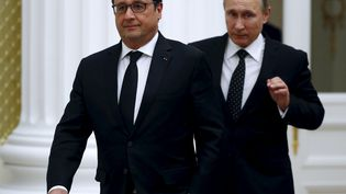 François Hollande et Vladimir Poutine arrivent pour une conférence de presse commune, le 26 novembre 2015, au Kremlin, à Moscou (Russie). (SERGEI CHIRIKOV / REUTERS)