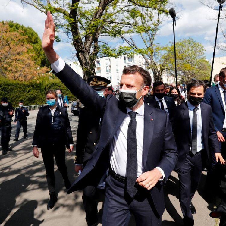 Le président français Emmanuel Macron lors d'une visite dans le quartier de La Mosson à Montpellier (Hérault), le 19 avril 2021 (GUILLAUME HORCAJUELO / AFP)