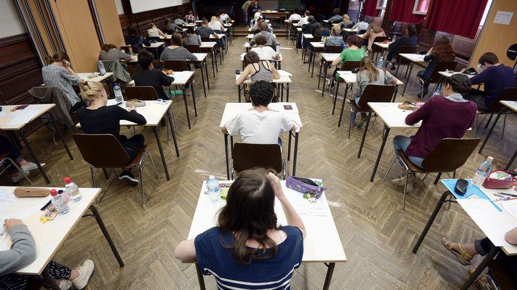Des candidats lors d'une épreuve du baccalauréat au lycéeFustel de Coulanges, à Strasbourg (Bas-Rhin), le 16 juin 2014. (FREDERICK FLORIN / AFP)