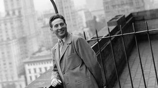 Charles Trenet en tournée aux États-Unis, photographié sur une terrasse de Manhattan, à New York, vers la fin des années 1940 (KEYSTONE-FRANCE / GAMMA-KEYSTONE / GETTY IMAGES)