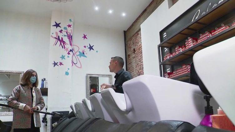 Lundi 11 mai, premier jour du déconfinement, il faut s'attendre à une ruée vers les salons de coiffure. La coupe de cheveux risque de coûter plus cher. Les professionnels du secteur doivent compenser la chute de leur chiffre d'affaires, mais aussi l'achat de matériel de protection. (FRANCE 3)