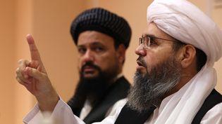 Les négociateurs des talibansAbdul Latif Mansoor (à gauche) et Shahabuddin Delawar (à droite), le 9 juillet 2021 à Moscou (Russie). (DIMITAR DILKOFF / AFP)