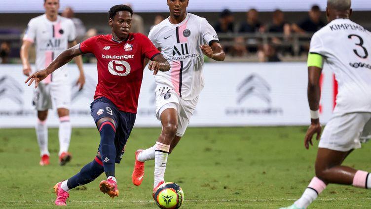 Jonathan David (Lille) face à Abdou Diallo (PSG) lors du Trophée des champions, dimanche 1er août 2021. (EMMANUEL DUNAND / AFP)