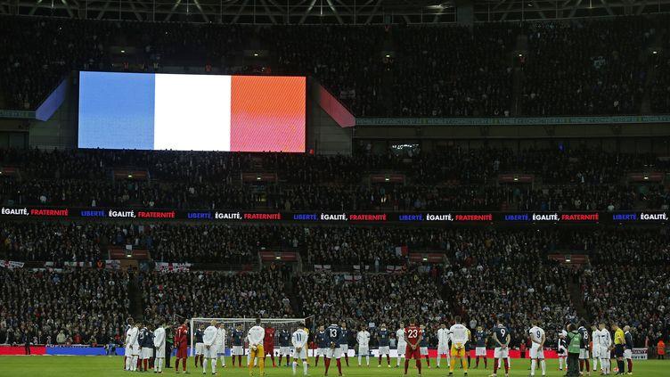 Le drapeau français flotte sur Wembley (ADRIAN DENNIS / AFP)