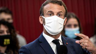 Emmanuel Macron masqué lors d'un déplacement à Clermont-Ferrand le 8 septembre 2020. (JEFF PACHOUD / AFP)