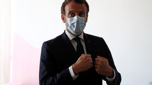 Emmanuel Macron avec un masque chirurgical, le 7 avril 2020. (GONZALO FUENTES / POOL)
