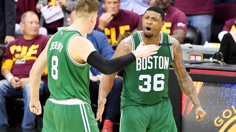 La joie de Jonas Jerebko et Marcus Smart, les joueurs de Boston (JAMIE SABAU / GETTY IMAGES NORTH AMERICA)