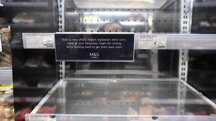 La complication des procédures entre la France et la Grande-Bretagne liée au Brexit a vidé les raysons de Marks & Spencer de ses produits frais (illustration du 6 janvier 2021 dans un magasin parisien). (ALAIN JOCARD / AFP)