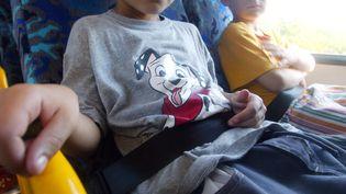 Des enfants sont à bord d'un bus scolaire, le 24 août 2003 à Montpellier, équipé de ceintures de sécurité. (DOMINIQUE FAGET / AFP)