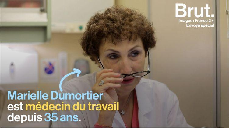 Le médecin Marielle Dumortier reçoit régulièrement des patients qui ploient sous la charge de travail qui leur est imposée. (BRUT)