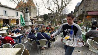 Une terrasse de café envahie par les touristes, place Marcou à Carcassonne. (ERIC CABANIS / AFP)