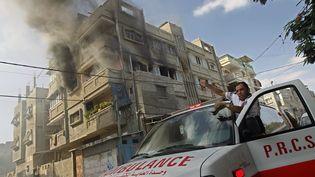 Un bâtiment en feu à Rafah (Gaza), le 31 juillet 2014. (SAID KHATIB / AFP)