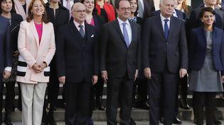 De gauche à droite, au premier rang : Ségolène Royal, Bernard Cazeneuve, François Hollande et Jean-Marc Ayrault le 7 décembre 2016, dans la cour de l'Elysée à Paris. (PATRICK KOVARIK / AFP)