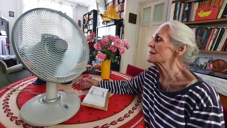 Une femme de 93 ans à son domicile à Lille (Nord), pendant la canicule de l'été 2015. (MAXPPP)