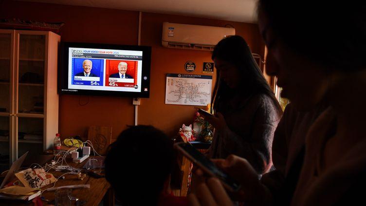 Des étudiants chinois qui étudient aux Etats-Unis suivent l'élection américaine dans un appartement à Pékin, le 4 novembre 2020 (photo d'illustration). (GREG BAKER / AFP)